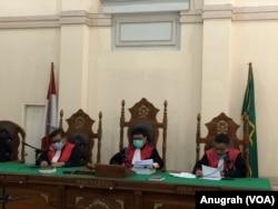 Majelis hakim saat membacakan vonis terhadap Wali Kota Medan nonaktif, Dzulmi Eldin, di Pengadilan Negeri Medan, Kamis 11 Juni 2020. (Foto: VOA/Anugrah Andriansyah).