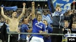 Raul Gonzales merayakan kemenangan dengan para pendukung Schalke 04 setelah berhasil menyingkirkan juara bertahan Inter Milan di Gelsenkirchen, Jerman hari Rabu (13/4).