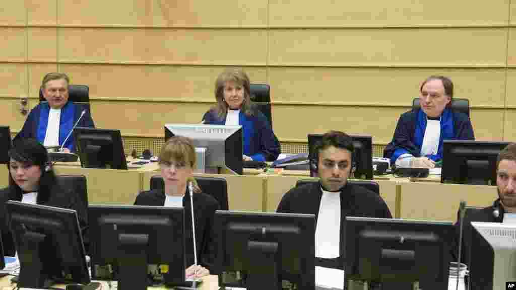 La présidente Ekaterina Trendafilova, au centre, attend le début d'une audience à la Cour pénale internationale à La Haye, Pays-Bas, le lundi 10 février 2014.