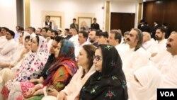 تحریکِ انصاف کے نومنتخب ارکانِ صوبائی اسمبلی پارٹی سربراہ عمران خان کا خطاب سن رہے ہیں۔