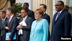 German Chancellor Angela Merkel (R)