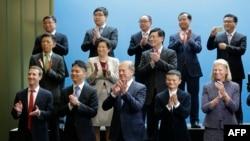 前排左起:臉書(Facebook)的創辦人和行政總裁扎克伯格(Mark Zuckerberg),京東公司的劉強東。