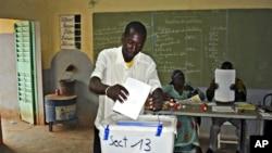 Un habitant de Ouagadougou votant le 21 novembre