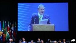 Presiden Kuba, Raul Castro memberikan pidato pada pembukaan KTT negara-negara Amerika Latin dan Karibia di Havana, Selasa (28/1).