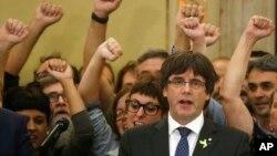 加泰罗尼亚领导人普伊格德蒙特在巴塞罗那一次有关独立的地区议会投票后与他的支持者一起唱加泰罗尼亚的歌曲。 (2017年10月27日)