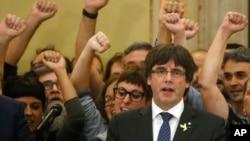 ປະທານ Catalonia ທ່ານ Carles Puigdemont ຮ້ອງເພງຊາດ Catalonia ໃນລັດຖະສະພາ ຫຼັງຈາກ ທີ່ໄດ້ລົງຄະແນນສຽງ ແຍກຕົວເປັນເອກກະລາດ,ໃນນະຄອນ Barcelona, ສເປນ, 27 ຕຸລາ, 2017.