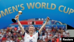 Megan Rapinoe des États-Unis célèbre la victoire de la Coupe du Monde, à Lyon en France, le 7 juillet 2019