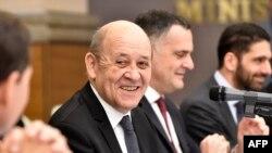 Le ministre français des Affaires étrangères Jean-Yves Le Drian assiste à une réunion avec son homologue algérien à Alger le 12 mars 2020.