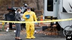 Les enquêteurs se concertent près d'une caravane dans un parc le long de Clear Creek à Golden, au Colorado, où le corps d'un homme de 63 ans a été retrouvé mardi 31 octobre 2017