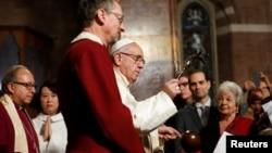Le pape François donne la bénédiction lors de sa visite dans l'église anglicane All Saint à Rome, en Italie, le 26 février 2017.