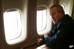 지난 2005년 조지 W. 부시 대통령이 허리케인 '카트리나' 피해 현장을 방문하기 위해 전용기에 올라 뉴올리언스로 향하고 있다.
