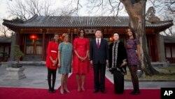 La primera dama Michelle Obama acompañada de sus hijas Malia (derecha), Sasha (izquierda), su madre Marian Robinson y el presidente chino Xi Jinping y su esposa, Peng Liyuan, en la casa de huéspedes Diayoutai en Beijing.