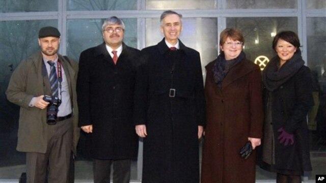 지난해 1월14일 북한 평양에서 기념촬영한 AP 임원진. 톰 컬리 AP통신 최고경영자(가운데)와 존 대너셰프스키 AP통신 부사장(왼쪽에서 두번째).