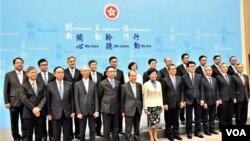 香港候任特首林鄭月娥與新班子會見傳媒。(美國之音湯惠芸)