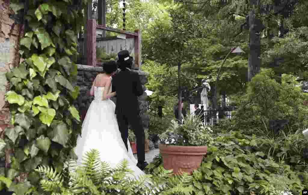 یک زوج ژاپنی در انتطار برگزاری عروسی شان در پارکی در توکیو