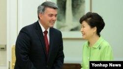 박근혜 한국 대통령(오른쪽)이 19일 청와대를 방문한 코리 가드너 미 상원 동아태 소위원장과 인사하고 있다.