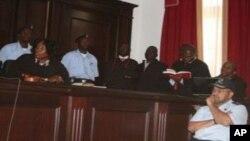 Quim Ribeiro (à direita) em tribunal antes do seu julgamento