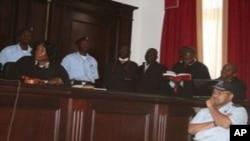 Comissário Joaquim Ribeiro (em pé, à direita) numa foto de arquivo no Tribunal de Luanda