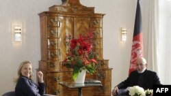 Держсекретар США Гілларі Клінтон і президент Афганістану Гамід Карзай під час конференції у Бонні