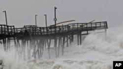 Ogromni talasi obrušavaju se na istočnu obalu SAD