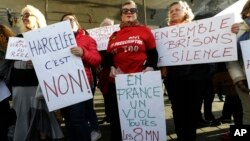 """Manifestantes portan carteles que dicen """"No al acoso"""" y """"En Francia hay una violación cada 8 minutos"""" y """"Juntas rompamos el silencio"""", durante una manifestación en Marsella, sur de Francia, el domingo 29 de octubre de 2017."""