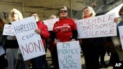 "Para peserta aksi unjuk rasa memegang plakat yang bertuliskan imbauan-imbauan untuk menolak tindakan pelecehan seksual, seperti: ""Di Perancis ada pemerkosaan setiap 8 menit"" dan "" Bersama mari kita hentikan kebisuan"" saat demonstrasi di Marseille, Perancis selatan, Minggu, 29 Oktober 2017. (Foto: dok)."