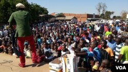 "A concert in Chitungwiza, Zimbabwe, where groups are pushing the ""Feya-Feya campaign"". (VOA - S. Mhofu )"