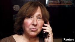 8일 벨라루스 민스크에서 노벨 문학상 수장자로 선정된 스베틀라나 알렉시예비치 작가가 전화를 받고 있다.