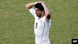 La FIFA sancionó a Suárez por cuatro meses de cualquier actividad futbolística y también fue suspendido por nueve encuentros con la selección uruguaya.