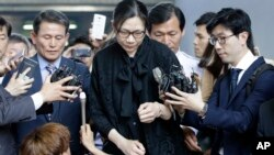 Bà Cho Hyun-ah bị các nhà báo vây quanh khi rời khỏi tòa án ở Seoul ngày 22/5/2015.