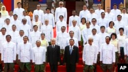 From left in front row, Minister of Interior Ministry Sar Kheng, Prime Minister Hun Sen, National Assembly President Heng Samrin, King Norodom Sihamoni, Senate PresidentSay Chhum, Minister of Royal Palace Kong Sam Ol, and lawmaker Tea Banh pose with the n