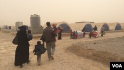 On the day Abu Yousef, his wife and their four children arrived at the Khazir camp, a sand storm hit, forcing the exhausted refugees to race into tents, Iraqi Kurdistan, Nov. 1, 2016. (H.Murdock/VOA)