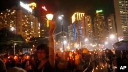 2013年6月4日数万香港居民冒着倾盆大雨,参加了纪念北京军事镇压天安门广场民主抗议活动24周年的烛光守夜晚会。