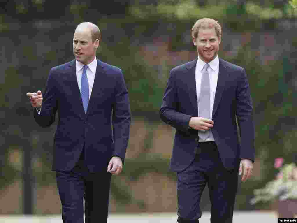 Os irmãos, príncipes William e Harry, chegam à inauguração da estátua que eles comissionaram para a sua mãe, Princesa Diana, no que teria sido o seu 60º aniversário. Palácio de Kensington, 1 de Julho 2021