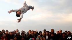پناهجویان در حال شادی در منطقه ای در یونان.