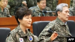 韩国总统朴槿惠(左)