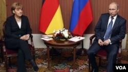 ປະທານາທິບໍດີ ຣັດເຊຍ ທ່ານ Putin ແລະນາຍົກລັດຖະມົນຕີ ເຢຍຣະມັນ ທ່ານນາງ Merkel ພົບປະກັນ ທີ່ພາກເໜືອຝຣັ່ງ