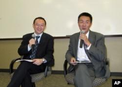 余杰( 左)通过翻译赵锋在洛杉矶演讲