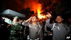 Cảnh sát và binh sĩ được điều động đến nhà tù Tanjung Gusta, ở Medan, Bắc Sumatra, Indonesia, bị tù nhân đốt khi vượt ngục, 11/7/13