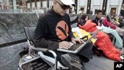 Hazen Sayer, desarrollador de aplicaciones, es el primero en la fila frente a la tienda de Apple en la Quinta Avenida de Nueva York para comprar el iPhone 5.