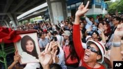 在泰国前总理英拉没有到庭接受宣判后,她的支持者在最高法院外欢呼(2017年8月25日)