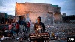 Xe bán hot dog ở trung tâm thủ đô Port-au-Prince bị tàn phá sau trận động đất hồi tháng Giêng