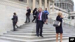 Para anggota Kongres AS meloloskan RUU perpanjangan anggaran pemerintah Amerika hari Rabu 30/9 (foto: dok).