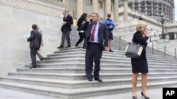지난 25일 미국 워싱턴에서 의원들이 의회 건물을 떠나고 있다. (자료사진)