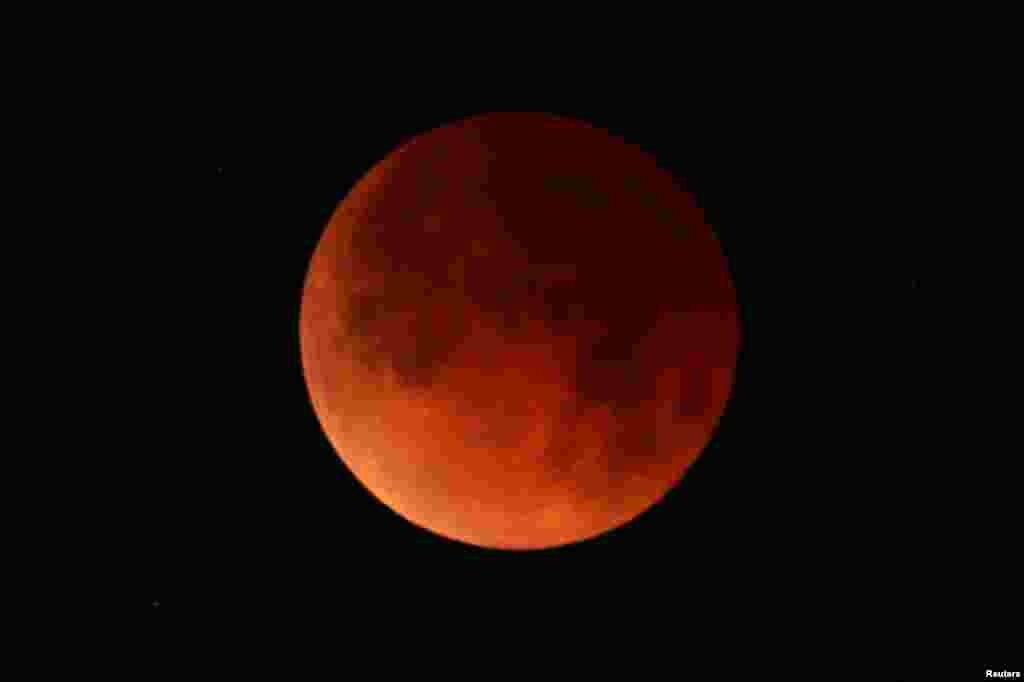 """15 yılın en uzun """"kanlı ay"""" tutulması Cuma günü gözlemlenecek. (Arşiv:California Santa Monica'da ay tutulması)"""