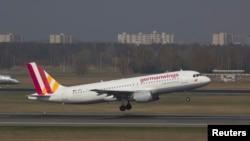 រូបភាពឯកសារ៖ យន្តហោះធុន Airbus A320 របស់ក្រុមហ៊ុន Germanwings ត្រូវបានឃើញនៅឯព្រលានយន្តហោះ កាលពីថ្ងៃទី២៩ ខែមីនា ឆ្នាំ២០១៤។