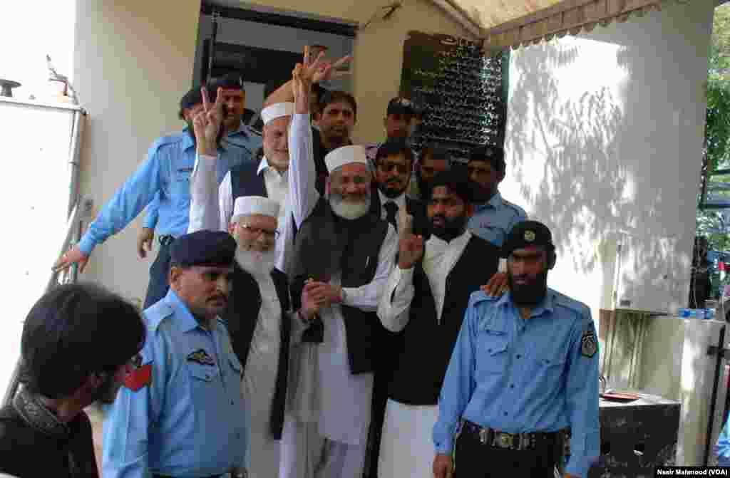 جماعت اسلامی کے امیر سراج الحق اپنے دیگر پارٹی راہنماؤں کے ہمراہ فیصلے کے بعد خوشی کا اظہار کر رہے ہیں
