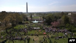 在白宫草地参加复活节彩蛋活动者属于各个种族