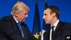 Prezidan Emmanuel Macron (adwat) ak Prezidan Donald Trump .(Pari, Frans, 13 jiyè 2017).