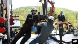 Pekerja memindahkan bagian dari tutup sumur ke tempatnya di lokasi pengeboran gas alam Chesapeake Energy di dekat Burlington, Pennsylvania, 23 April 2010. (Foto: dok).